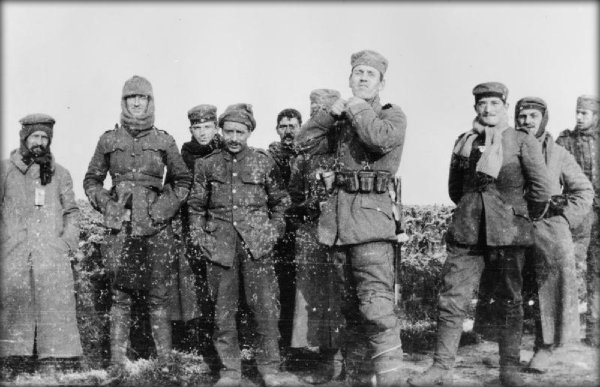 German and British soldiers meet on Boxing Day